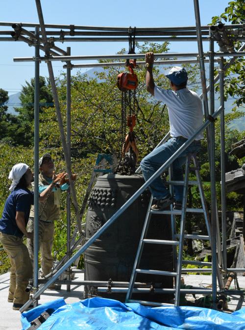 1.5トンの鐘を吊り下げます。